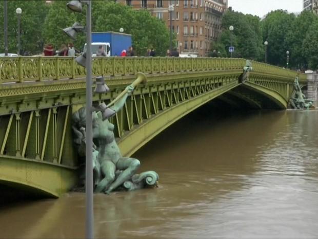 Rio Sena deve subir 6 m acima do seu nível normal (Foto: BBC)