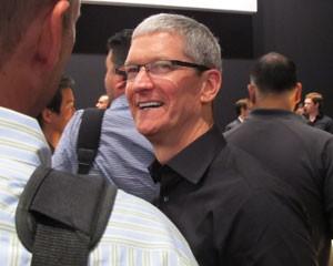 Após sua quarta apresentação como CEO da Apple, Tim Cook acompanhou os testes dos jornalistas (Foto: Laura Brentano/G1)