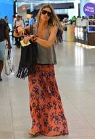 Look do dia: Fernanda Lima usa saia longa e rasteirinha para viajar