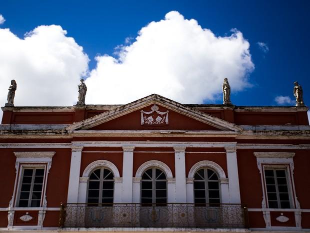 Quatro deusas 'guardam' o prédio do teatro (Foto: Jonathan Lins/G1)