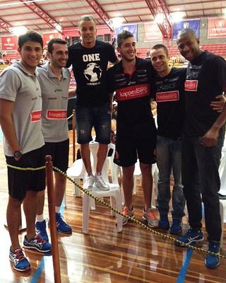 D'Alessandro subiu em cadeira para alcançar altura dos jogadores de vôlei (Foto: Guilherme Canal/RBS TV)