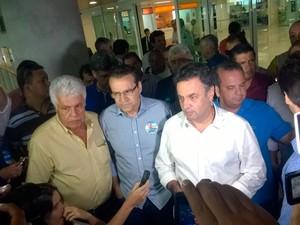 Aécio Neves (PSDB) desembarcou no RN por volta das 12h30, antes de ser confirmada a morte do candidato Eduardo Campos (PSB) (Foto: Felipe Gibson/G1)