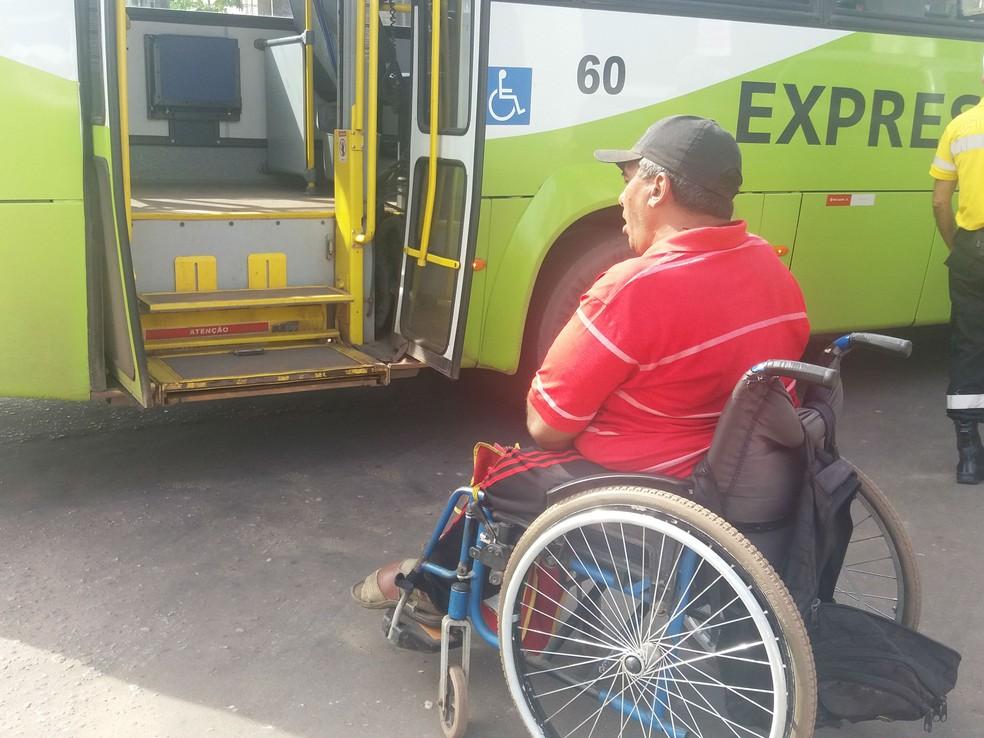 Elevador estava com defeito e não pode transportar cadeirante; empresa foi notificada (Foto: Fabiana Figueiredo/G1)