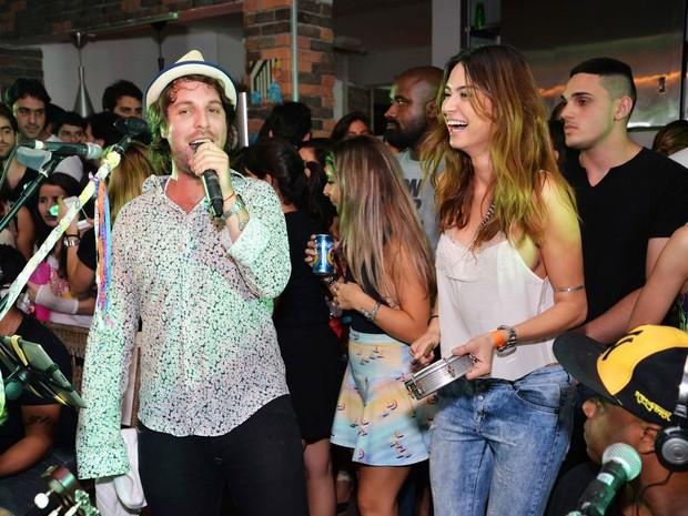 Thaila Ayala toca tamborim para acompanhar show de Rodrigo Lampreia (Foto: Ari Kaye / Divulgação)
