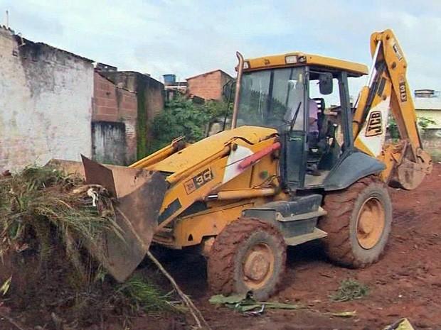 Trator ajudou a limpar lote com sujeira no bairro São Geraldo, em Pouso Alegre (Foto: Reprodução EPTV)