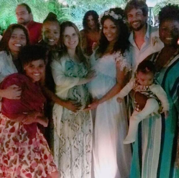 Os noivos com as atrizes Keruse, Roberta Rodrigues e Adriana Alves (Foto: Reprodução)