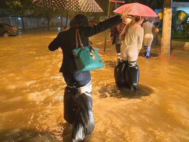 Deslizamentos interditam BR-101 e chuva alaga ruas da Grande Vitória, espírito Santo. (Foto: Reprodução/TV Gazeta)