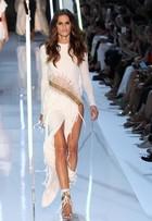 Sem calcinha? Izabel Goulart usa look supersexy em desfile em Paris