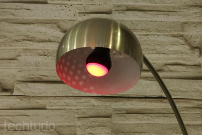 A Playbulb é uma lampada de LED capaz de reproduzir músicas do smartphone (Foto: Isadora Díaz/TechTudo)