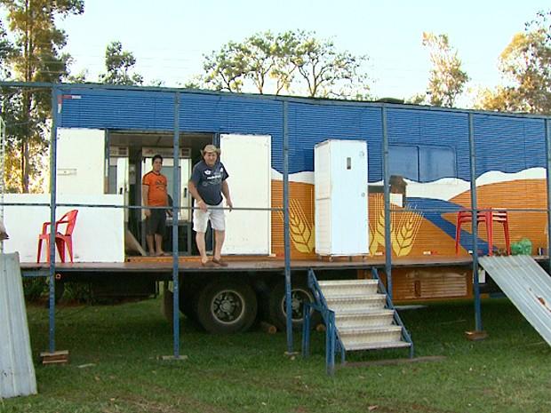 O comerciante Gilson Salomão montou uma padaria dentro do Parque do Peão e diz vender cerca de 25 mil pães por dia (Foto: Chico Escolano/EPTV)