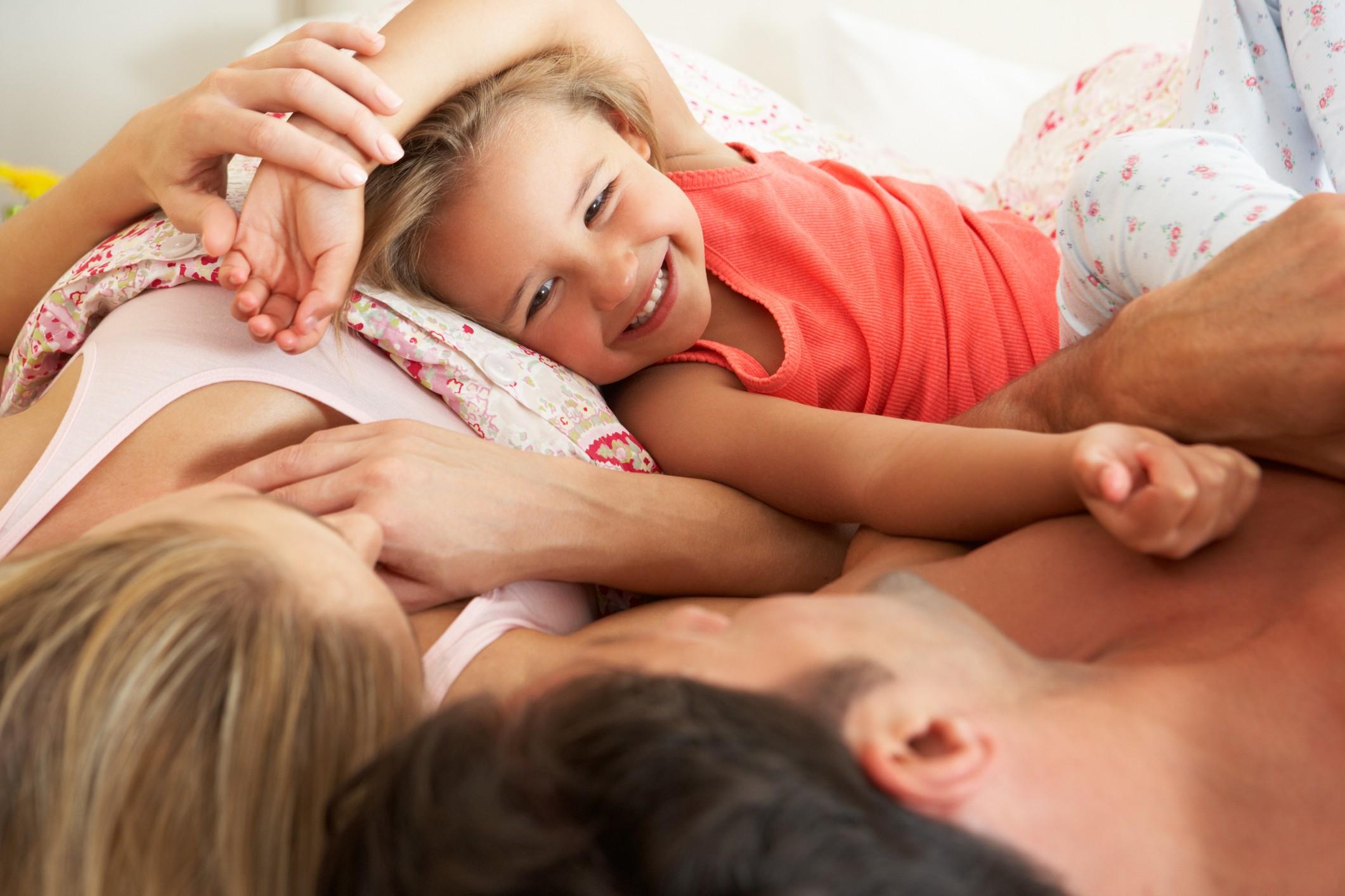 criança cama dos pais (Foto: ThinkStock)