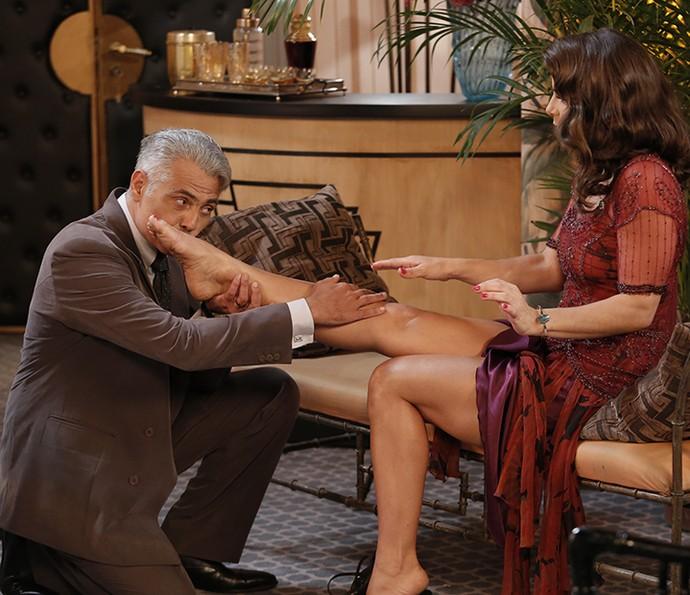 Severo faz massagem nos pés de Diana após o dancing fechar (Foto: Fábio Rocha/Gshow)