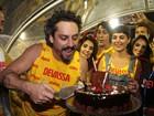 Com elenco de 'Império', Alexandre Nero comemora aniversário na Sapucaí