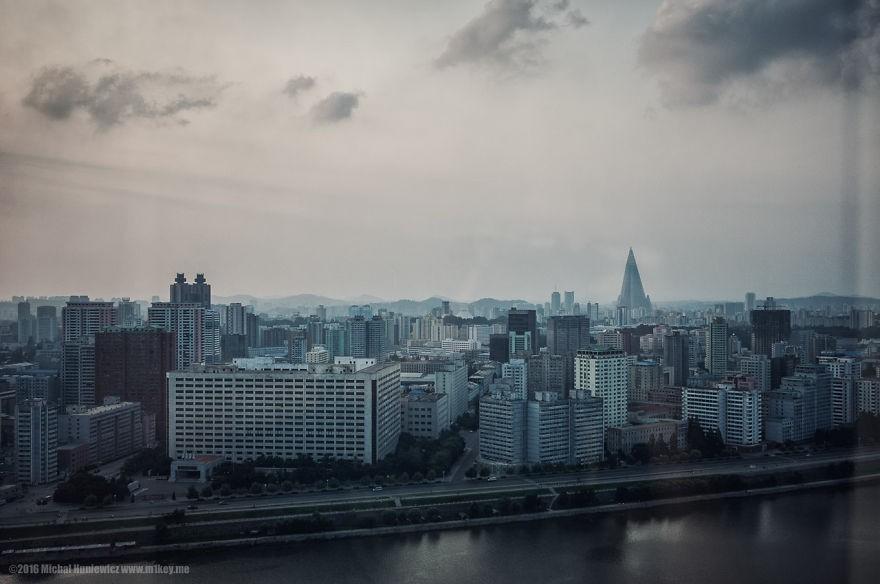 Panorama de Pyongyang vista do hotel (Foto: Michal Huniewicz)