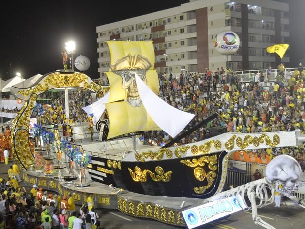 Carro abre-alas da Piratas da Batucada retratou uma barca, simbolo da escola (Foto: Abinoan Santiago/G1)