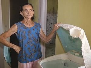 Moradora armazena a água para utilizar em casa. (Foto: Reprodução / InterTV dos Vales)