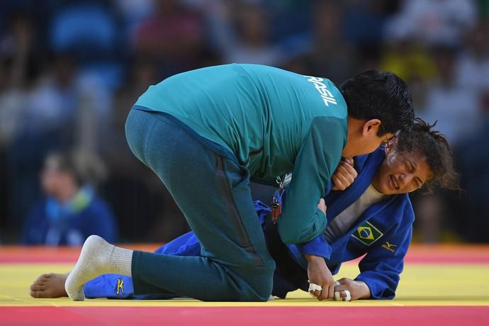 Sarah Menezes é consolada após perder a chance de medalha (Foto: Getty Images)