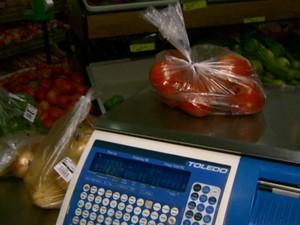 Consumidor pode usar balanças para conferir o peso indicado na embalagem (Foto: Rodrigo Sargaço/EPTV)