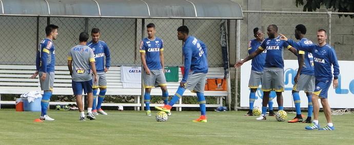 Jogadores do Cruzeiro durante treino na Toca da Raposa II (Foto: Guilherme Frossard)