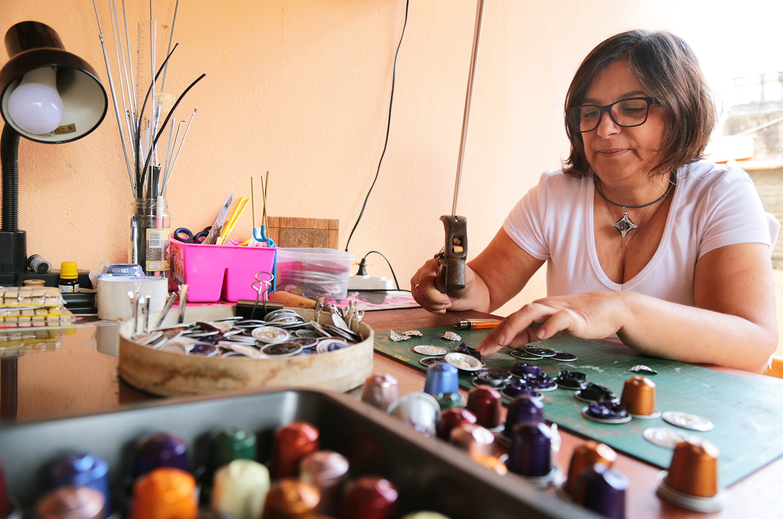 Artista plástica cria acessórios e objetos utilizando 'restos' de café em Guaranésia (MG)