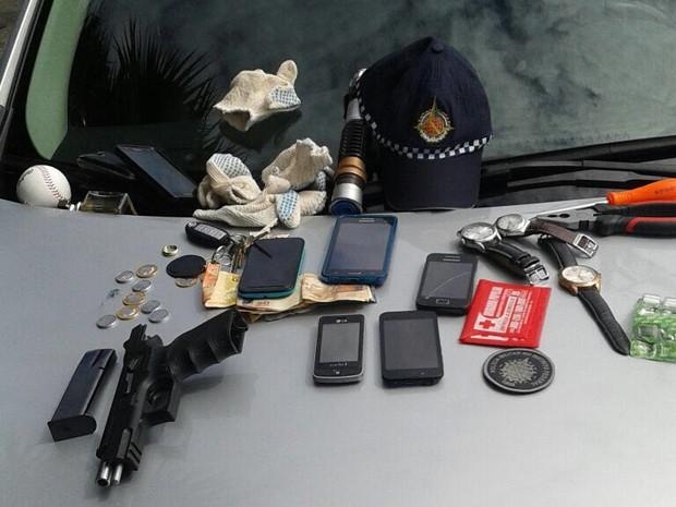 Arma, munição e objetos roubados que foram apreendidos com suspeitos (Foto: Polícia Militar/Divulgação)
