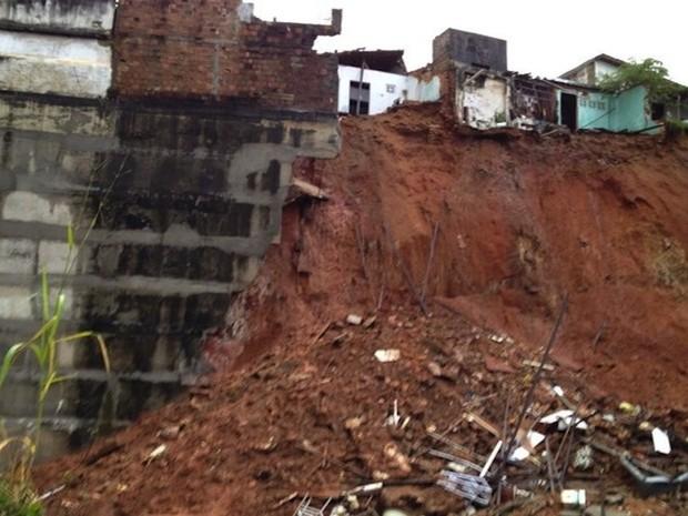 Barranco desabou na tarde deste sábado na comunidade do Jacó, em Natal (Foto: Luis Beserra/Inter TV Cabugi)