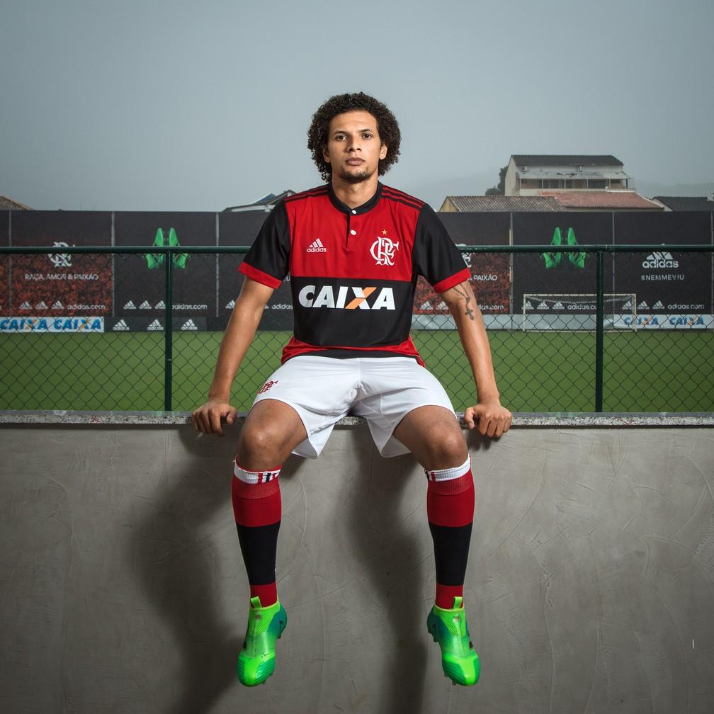 Willian Arão posa com o novo uniforme em frente ao campo 5, onde o Flamengo treina no Ninho (Foto: Divulgação)