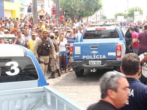 População acompanha negociação para libertação de refém em Riachão do Jacuípe (Foto: Raimundo Mascarenhas/ site Calila Noticias)
