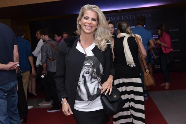 Karina Bacchi disfarçou a barriga durante a pré-estreia do filme Cinquenta Tons Mais Escuros nesta quarta-feira (8) (Foto: Divulgação)