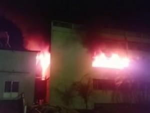 Prédio do Complexo Santa Cruz foi atingido por incêndio no domingo em Poços de Caldas (Foto: Reprodução EPTV)