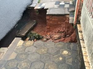 Asfalto cedeu e um buraco enorme se abriu na calçada  (Foto: Evandro Cini/ TV TEM)
