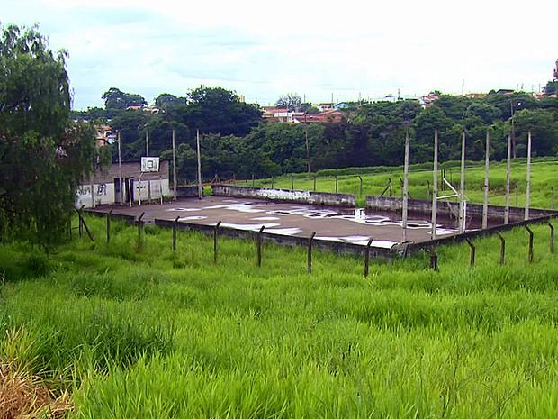 Quadra em situação de abandono em Mococa  (Foto: Eder Ribeiro/EPTV)
