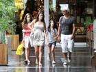Marcos Pasquim passeia com a namorada e a filha no Rio