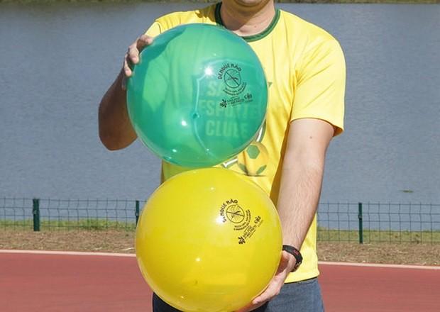 Crianças ganharam bolas com mensagens alusivas ao tema (Foto: Divulgação / Prefeitura)