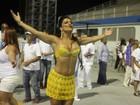 Dani Sperle usa decotão e saia transparente em ensaio de carnaval