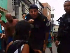 PM põe dedo no rosto de suposto pai de vítima (Foto: Reprodução/Facebook)