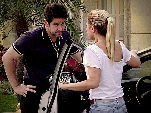 Ele impede sua mulher de sair da mansão (Foto: Avenida Brasil / TV Globo)