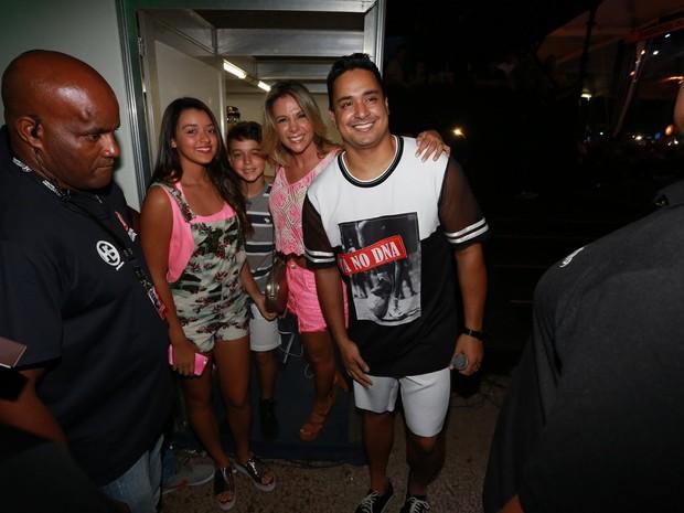 Carla Perez e Xanddy com os filhos, Camilly Victoria e Victor Alexandre, em show em Salvador, na Bahia (Foto: Ag. News)