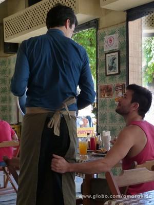 Félix não acredita no que acontece (Foto: Amor à Vida/ TV Globo)