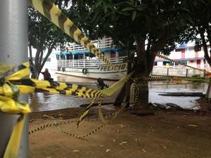 Barco ancorado próximo ao pier onde os turistas ficam (Foto: Assem Neto/G1)