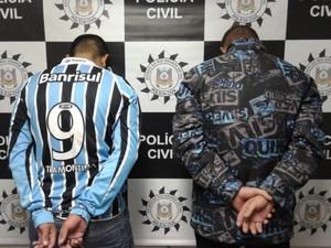 Dupla foi presa neste domingo em Gravataí (Foto: Reprodução/RBS TV)