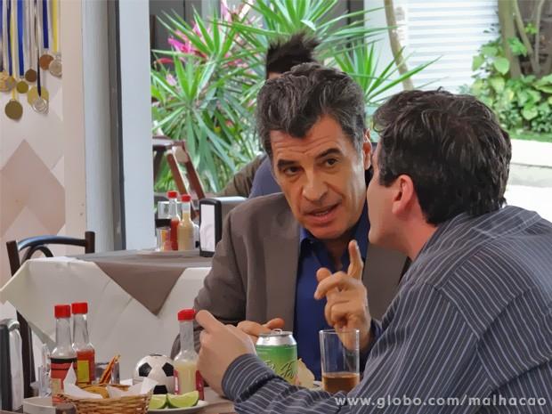 Caetano faz convite misterioso a Abelardo (Foto: Malhação/ TV Globo)