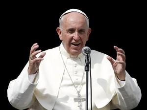 O Papa Francisco fala a fiéis em frente à basílica de Nossa Senhora Auxiliadora, durante visita a Turim, na Itália, no domingo (21) (Foto: Reuters/Alessandro Garofalo)