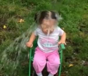 Menina de três anos aceitou o desafio do balde de gelo (Foto: Reprodução / Youtube)