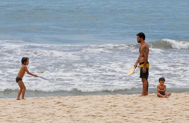 Juliano Cazarré curte praia com os filhos, Vicente e Inácio (Foto: AgNews)