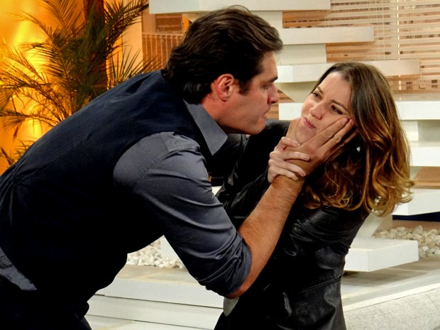 Marcos pressiona Laura e ela cospe em sua cara (Foto: Maria Clara Lima/ Gshow)