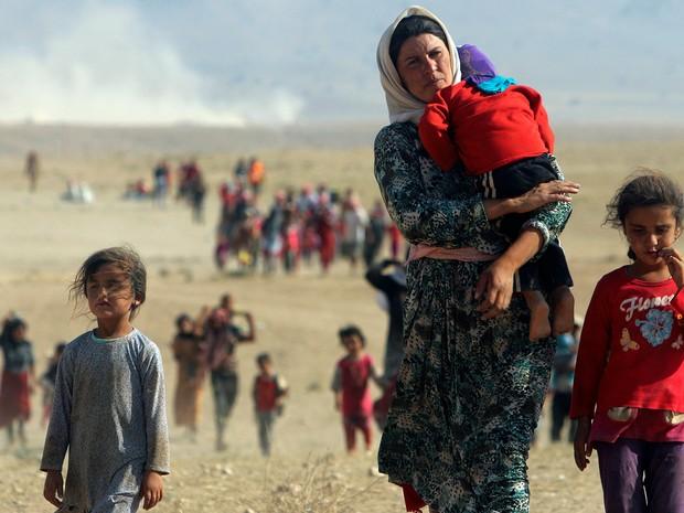 Minoria Yazidi para escapar da violência do Estado Islâmico caminha em direção à Siria, em imagem de 11 de agosto de 2014 (Foto: Rodi Said/Reuters)