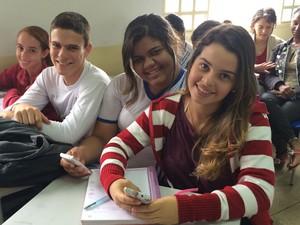 Estudantes acessam ao sistema dentro e fora de sala de aula de escola em Nerópolis, Goiás (Foto: Paula Resende/ G1)