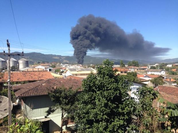 Fumaça podia ser vista de Gravatal, cidade vizinha (Foto: Gabriel Felipe/RBS TV)