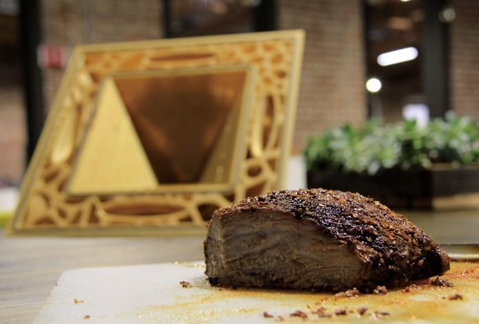 Criadores do forno o utilizaram para assar um pedaço de carne em uma demonstração (Foto: Divulgação/Fathom)